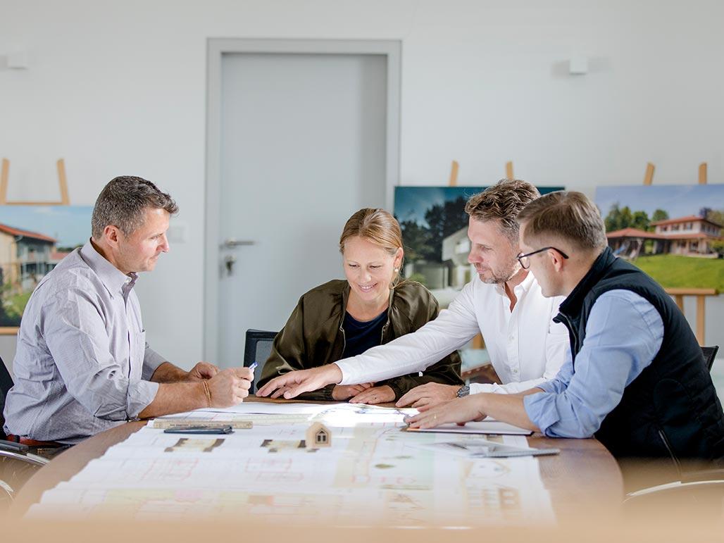 Beratungssituation Geschäftsführer Vorholz und Hawran mit Kunden